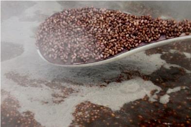 小豆を煮ます